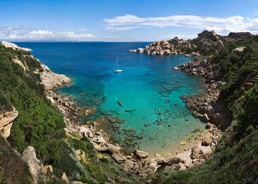 Cala Spinosa a Santa Teresa di Gallura. E' caratterizzata dal faro e dallo spettacolo delle rocce che cadono a picco sul mare. Le 4spiagge della cala non sono facilmente raggiungibili ma con un mare verde bellissimo. Da visitare Capo Testa.