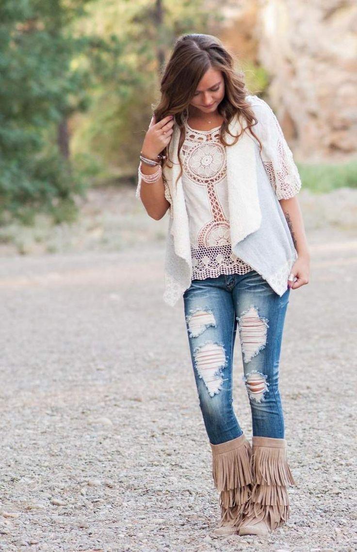 mode-boheme-chic-top-blanc-dentelle-kimono-jean-déchiré-bottines-franges