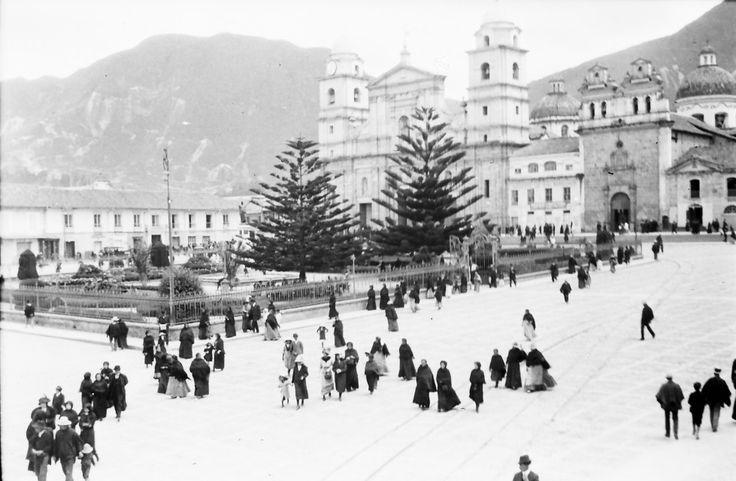 Plaza de Bolívar / Anónimo / c.a. 1910 / Fondo Luis Alberto Acuña Casas / Colección Museo de Bogotá: MdB 00139 / Todos los derechos reservados
