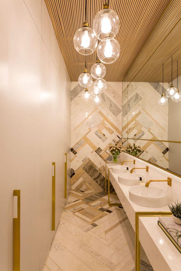 Casa Cor SP 2016: banheiro requintado com mix de mármores e dourado