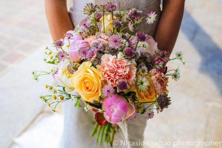 Foto Bouquet Sposa con rose peonie margherite e fiori di campo