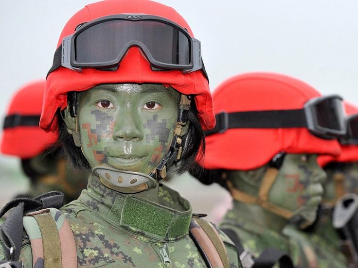 een groep vrouwelijke taiwanese paratroopers poseert voor een foto na een oefening   foto: mandy cheng