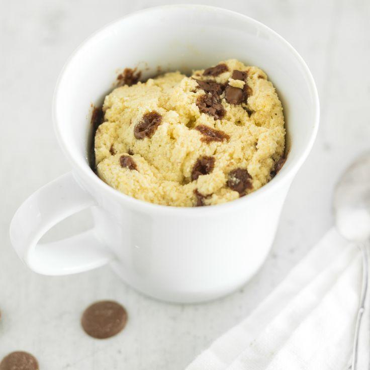 La torta low carb più veloce del mondo non sa proprio di dieta. Con farina di cocco e pezzi di cioccolato, questa torta in tazza vi conquisterà subito!