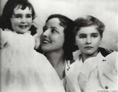 Two and a half year old Elizabeth Taylor smiles with mother Sara and brother Howard