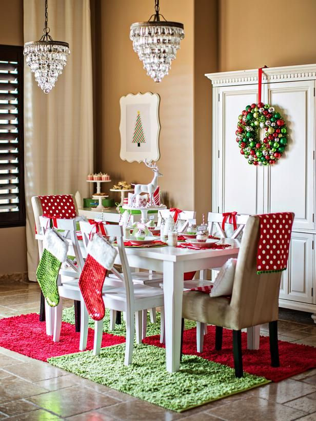 Bright and Cheery Tablescape Ideas >> http://www.diynetwork.com/decorating/holiday-decorating-one-room-done-three-ways/pictures/index.html?soc=hpp