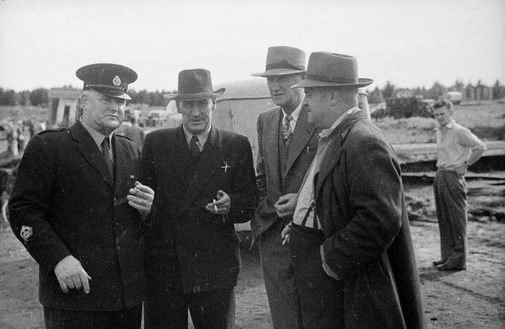Rescue party officials at Tangiwai | NZHistory, New Zealand history online