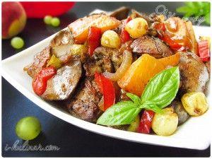 Жареная куриная печень с персиками, виноградом и болгарским перцем