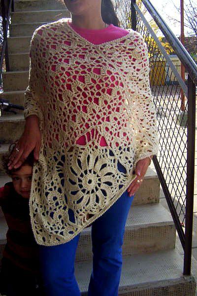 Moda a Crochet by Carina Noemí Molina: Desde la Provincia de Entre Ríos, Argentina mi amiga María nos ha enviado la fotografía de su tejido que en este caso se trata de un hermoso poncho de estilo moderno que luce maravillosamente como complemento de la moda crochet.