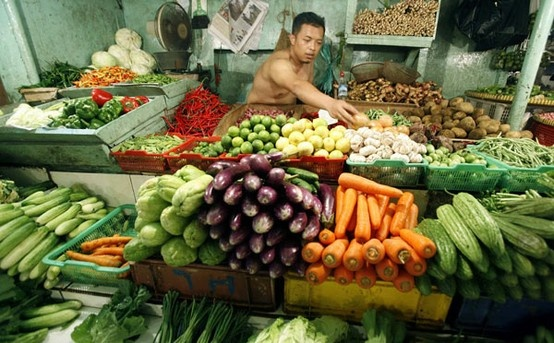 A vendor selling vegetables wait for customers at his stall in a local market in Jakarta, Indonesia, April 1, 2010. (Xinhua/Reuters File Photo)