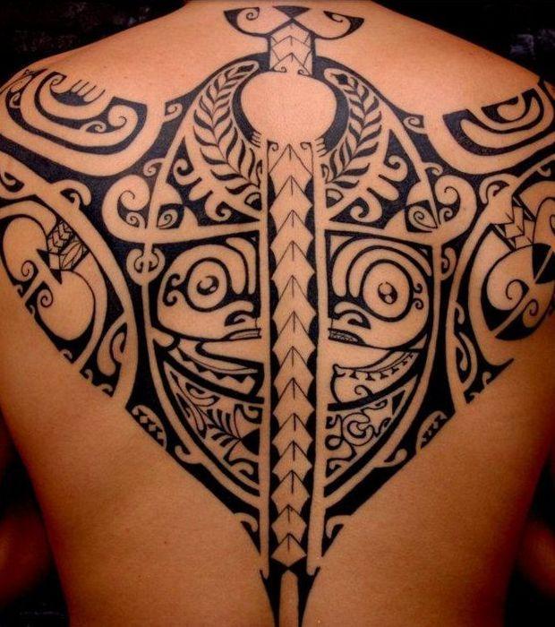 Tatouage maori traditionnel sur le dos d'un homme