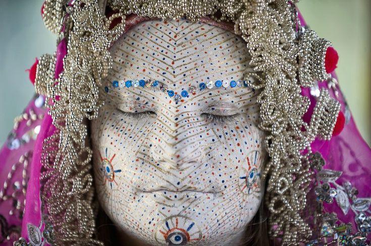 Pristina, Kosovo Una donna bosniaca kosovara con il volto dipinto per il matrimonio durante una presentazione delle usanze dei bosniaci della regione di Zhupa, al museo etnologico di Pristina. Le donne anziane dipingono la faccia delle giovani spose con molti colori, mentre i cerchi dorati rappresentano il cerchio della vita.