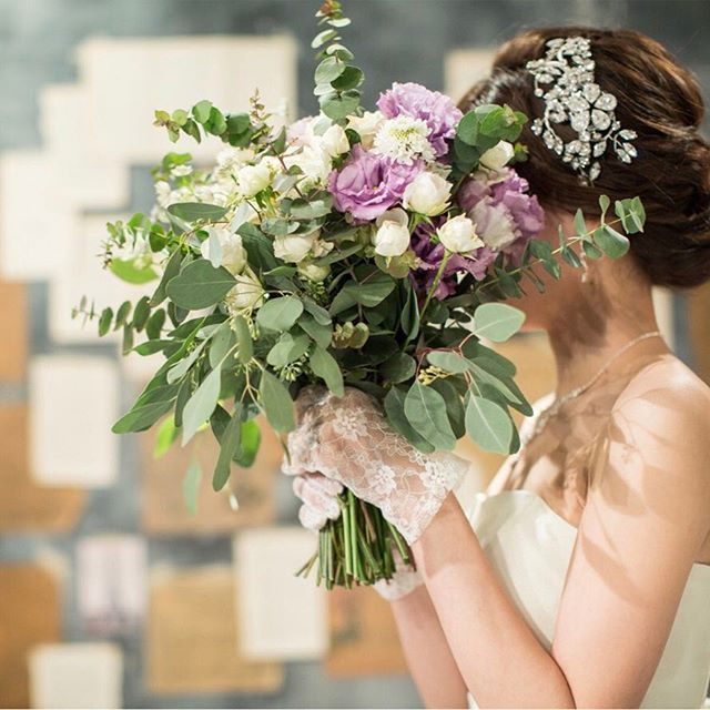 差し色にパープルを。お気に入りのワイルドブーケ。  .  .  #ソンブルイユ#結婚式場#ウェディング#ガーデンウェディング#プレ花嫁#結婚式準備#前撮り#人気#レストランウェディング#新しい会場#2017ウェディング#2017夏婚#2017秋婚#飯田橋#ブーケ#ブライダルブーケ#大人カワイイ#スタジオ撮影#ウェディングフォト#花のある暮らし#パリスタイル#フレンチスタイル#アンティーク#ベッドドレス#ワイルドブーケ