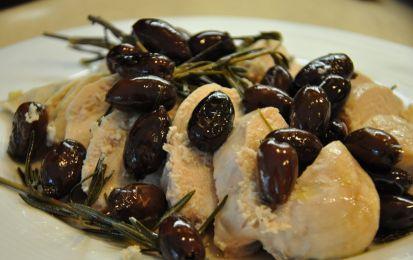 Bocconcini di pollo alla birra con olive e noci - Oggi prepariamo i bocconcini di pollo alla birra con olive e noci come secondo piatto gustoso e facile. Scegliete gli ingredienti giusti utilizzando un petto di pollo intero, olive verdi e nere, e un manciata di noci, oltre che un bicchiere di birra chiara e leggera per la cottura.