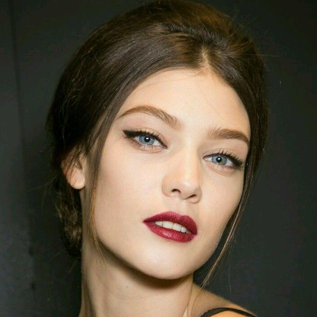 Ótimo combo pro fim de semana - cabelo com volume atrás e risca no meio + make com batom vinho e delineador no desfile do Dolce & Gabbana | DDB Inspira @ddbinspira