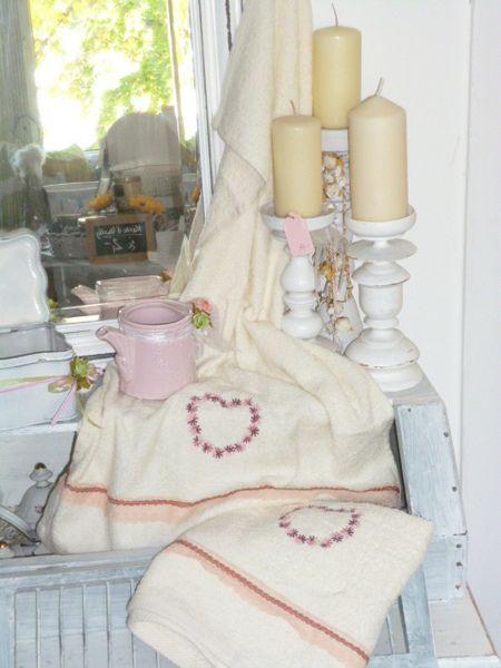 Zwei schöne bestickte Handtücher von Krewa via dawanda.com