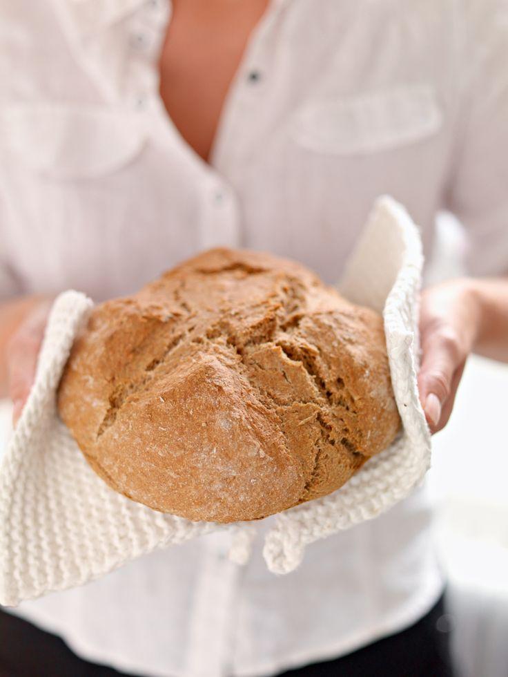 Irsk natronbrød lages raskt fordi det bakes uten gjær. Med natron fin sammalt hvete, salt og kefir blir det et sunt, ekstra grovt brød til matpakken.
