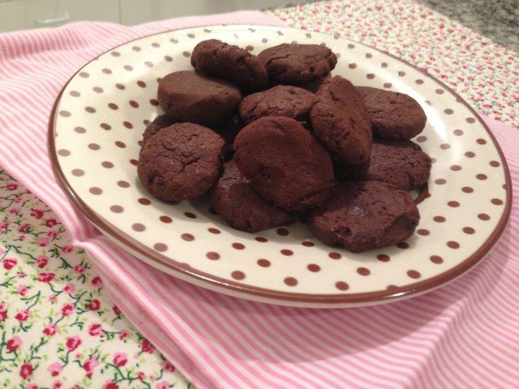 Ufa! Até que enfim achei a receita, rs... Cookies de cacau feitos com farinha de amêndoa!