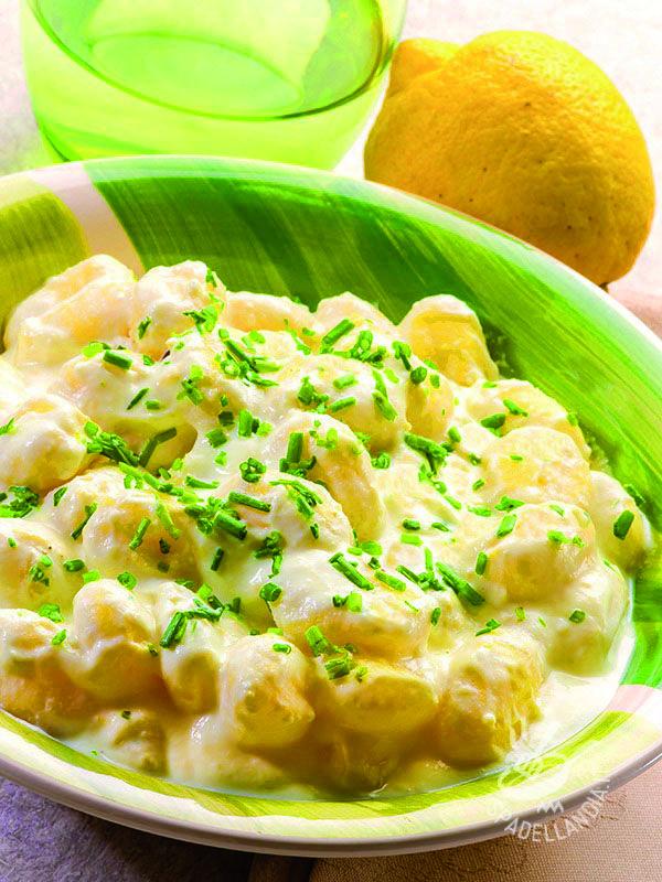 Dumplings with yogurt and lemon zest - Gli Gnocchi allo yogurt e scorza di limone sono un primo profumato e gustoso; ideali per un pasto veloce e freschissimo! #gnocchialloyogurt