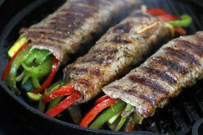 Este rollo de bistec con verduras es una receta grandiosa para compartir en una cena especial. Esta preparaci?n es una maravilla, todos quedaran encantados.