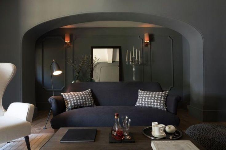 peinture salon moderne en gris anthracite, canapé droit, fauteuil blanc neige et coussins décoratifs