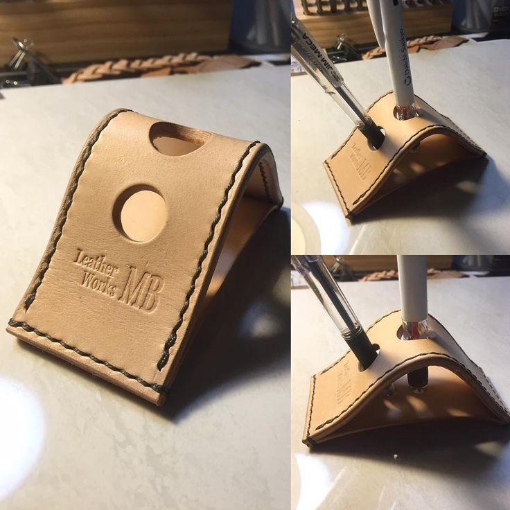 ペン立て完成! かっこいい万年筆なんて立てれば、かっこいいんだろうけどそんなの持ってませんのでボールペンを立ててみました✌️ #leathercraft…