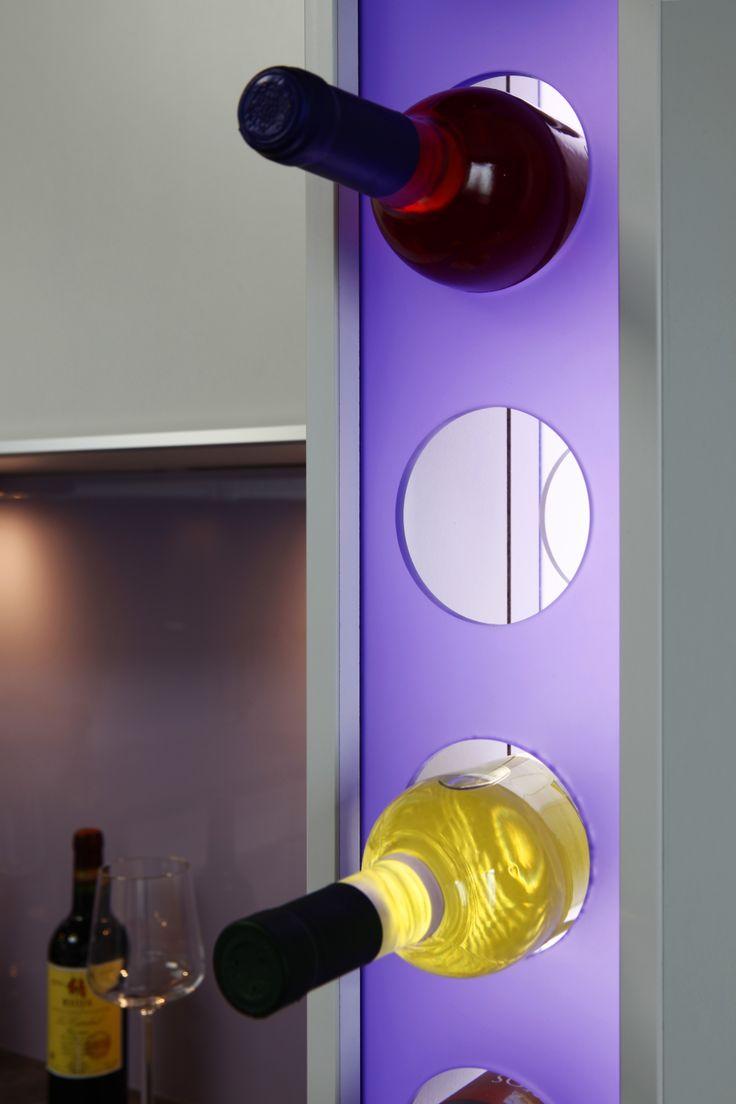 beleuchtetes Weinregal in einer Küche