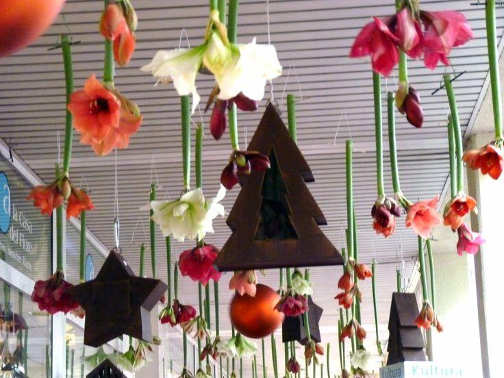 Windspiel aus Blüten und Accessoires