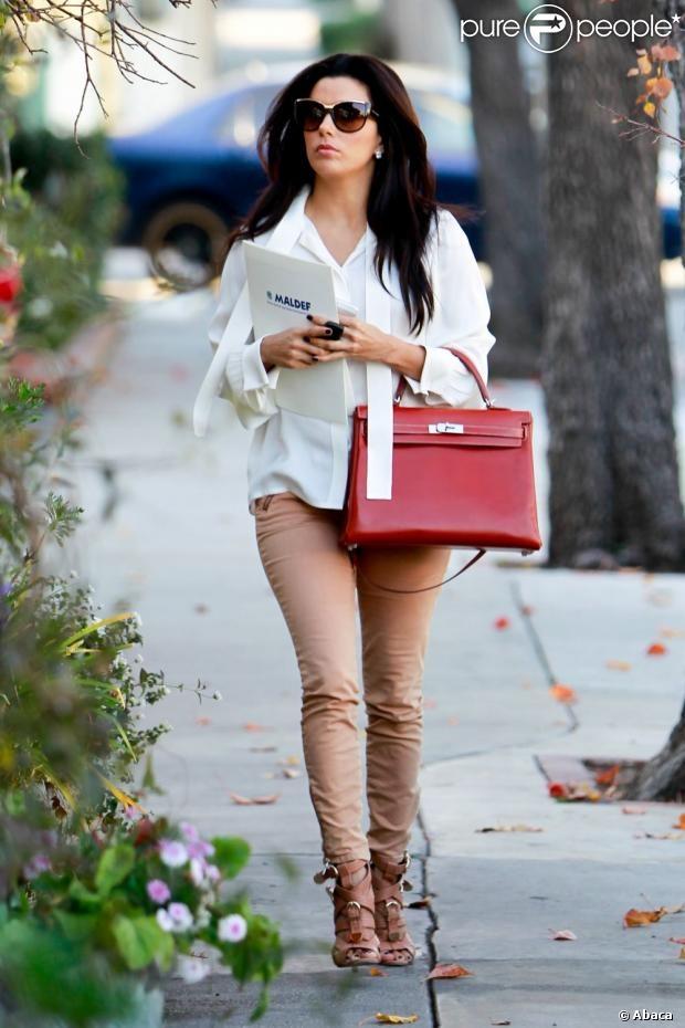 Eva Longoria arrive au salon de coiffure Ken Paves à Beverly Hills, habillée d'un chemisier Rachel Zoe et d'un pantalon couleur pêche accessoirisés d'un sac Kelly d'Hermès et de sandales Encanta signées Brian Atwood. Le 8 janvier 2013.