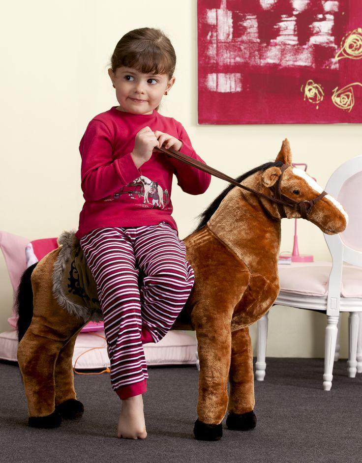 Kinderbutt Schlafanzug. Oberteil mit Pferdedruck. Die Hose in gestrickten Ringeln sitzt durch den abgesteppten Rundum-Gummizug perfekt. Hautsympathisch aus Interlock. Material: 100% Baumwolle.