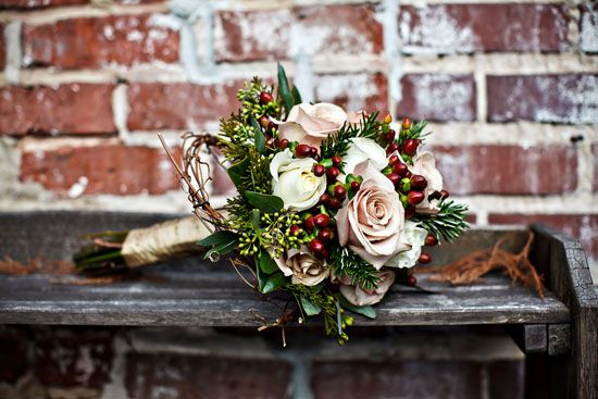 09 brautstrauss rose rustikal hochzeit gold band rosa weiss bild beispiel Weihnachtsfarben – eine Hochzeit in rot, weiß und grün