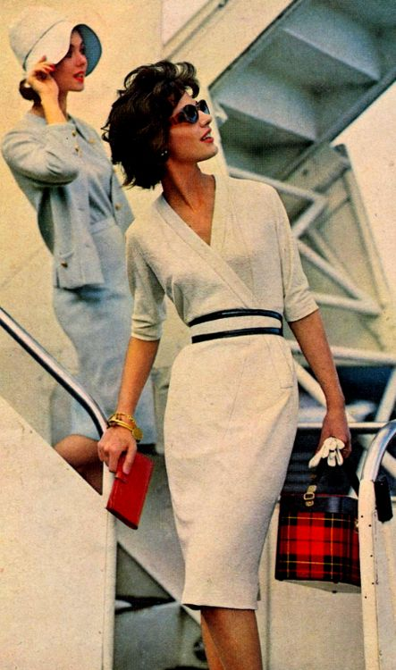 Traveling in Style,1950's... A time when people would have rather died than show up at the airport in sweats. (Personne n'en portait!)