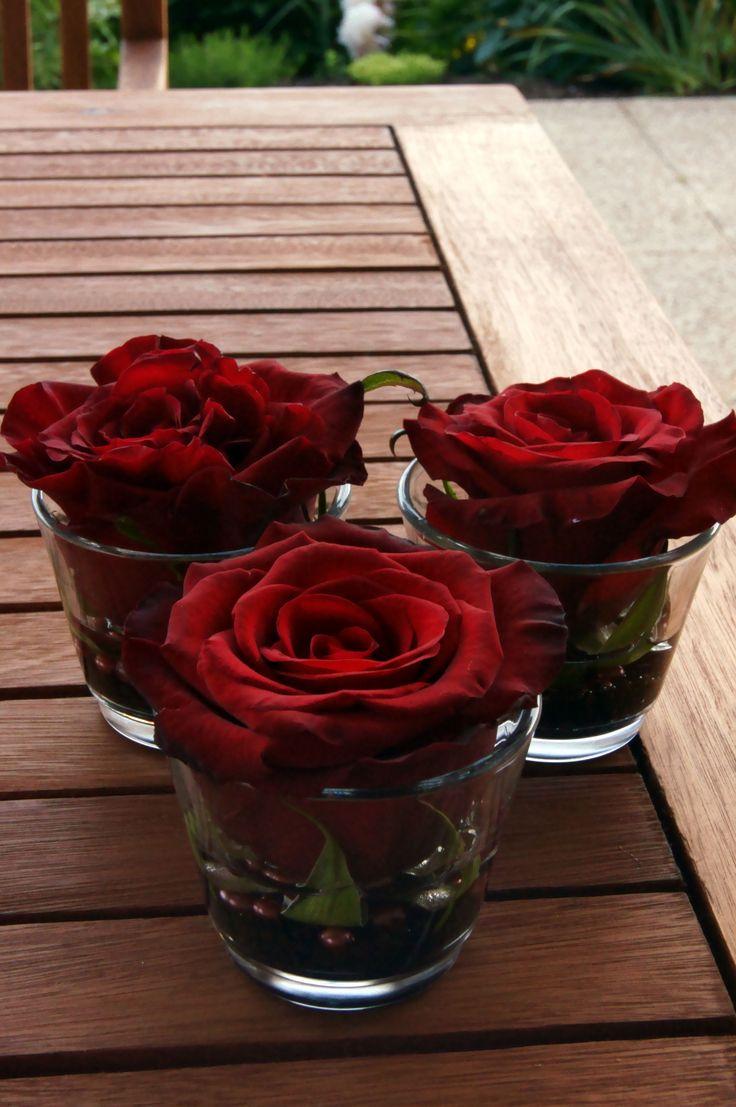 Blumendeko  Gläschen sind von IKEA (4 Stk EUR 0,99) unten ist brauner Dekosand und ein paar Perlen drin.
