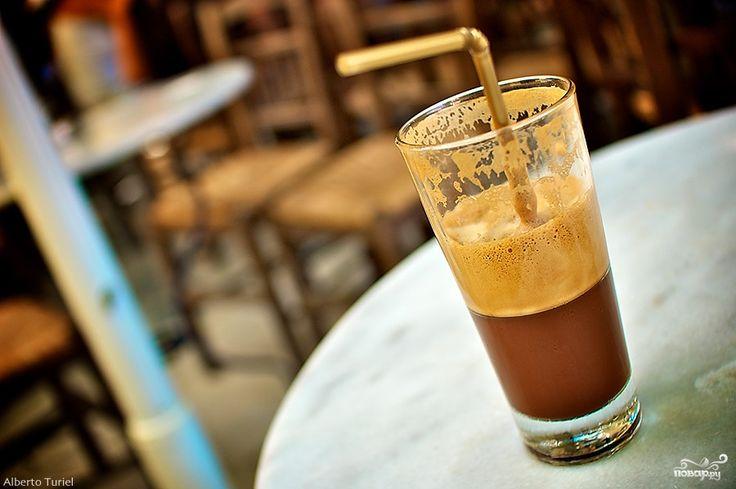 Кофе-фраппе - это замечательный напиток, позволяющий одновременно утолить жажду и освежиться в летнюю жару. Летом, честно говоря, только фраппе и спасает. Делюсь технологией приготовления!