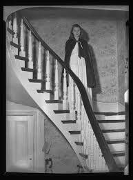 staircase woman - Google-haku