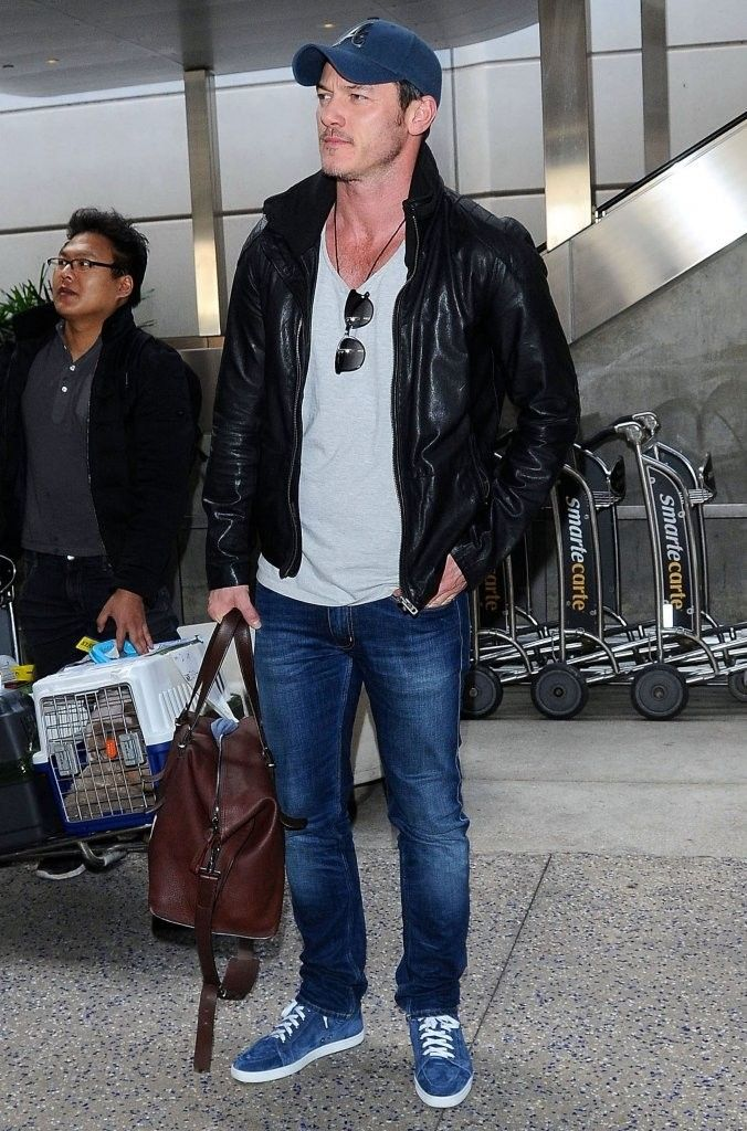 Luke Evans 2015 Havaalanı Style Seyahat Tarzı: Brad Pitt, Luke Evans & Nick Jonas