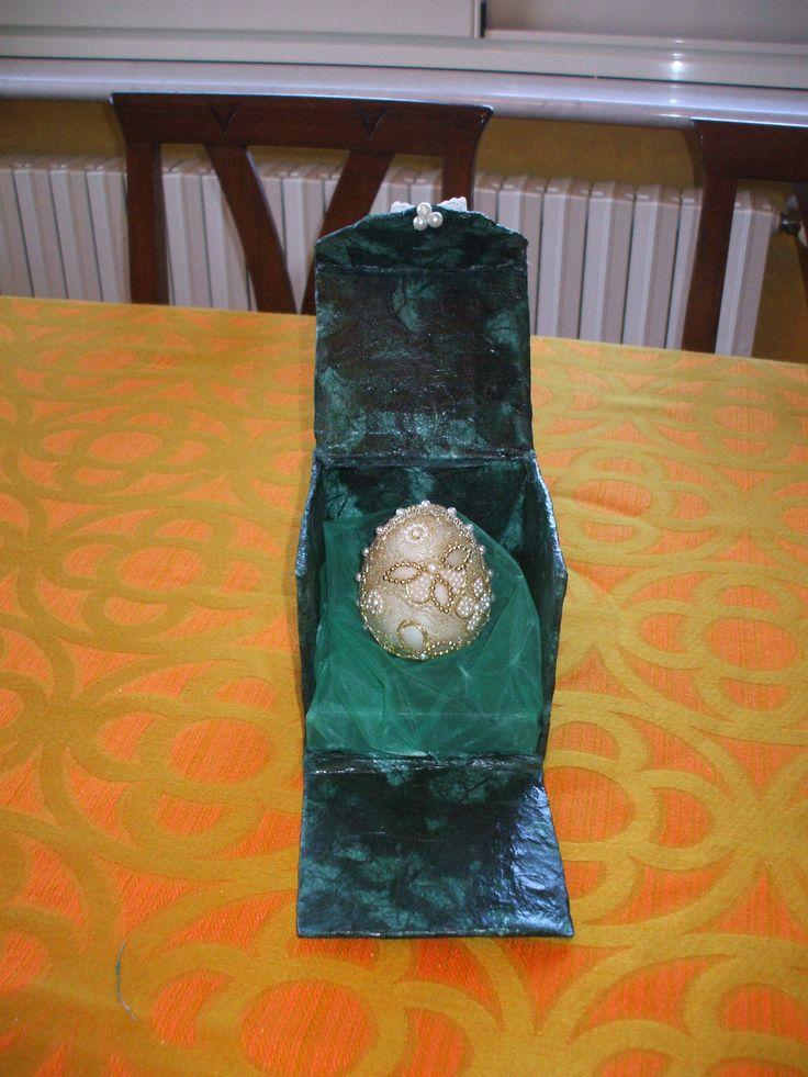 Uovo di polistirolo decorato con cera e perline in scatola di papier maché
