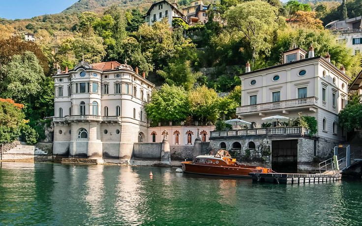 Villa Front Lake is an independent historical house located directly on Lake Como and protected by the privacy of 'Clos de Mur' park.