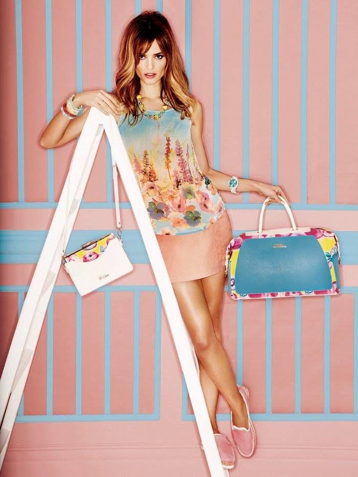 DOCA #SS15 Collection / Λουλούδια και ρομαντισμός Δοκιμάστε να φορέσετε #τυπώματα με λουλούδια σε #τσάντες και #μπλούζες, συνδυασμένα με ρούχα σε #παστέλ χρωματισμούς. Είναι καλοκαίρι και πρέπει το look μας να μας φτιάχνει τη διάθεση! Δείτε περισσότερα >> https://www.doca.gr/el/floral-tribute