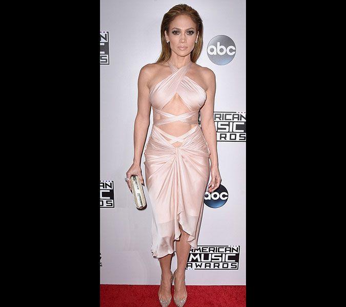 42. Amerikan Müzik Ödülleri'nde kırmızı halı savaşı! Kim daha cesaretli görelim bakalım! 45 yaşındaki Jennifer Lopez'in akıl almaz karın kasları mı