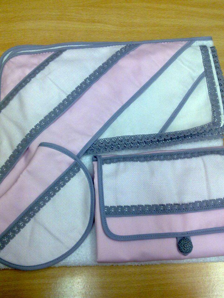 Conjunto de gasa de algodón con puntilla gris , cambiador ,capa de baño  y babero  de piqué rosa con puntilla gris y tira para bordar