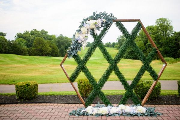Geometric greenery backdrop  #wedding #weddings #weddinginspiration #engaged #aislesociety #weddingtrends