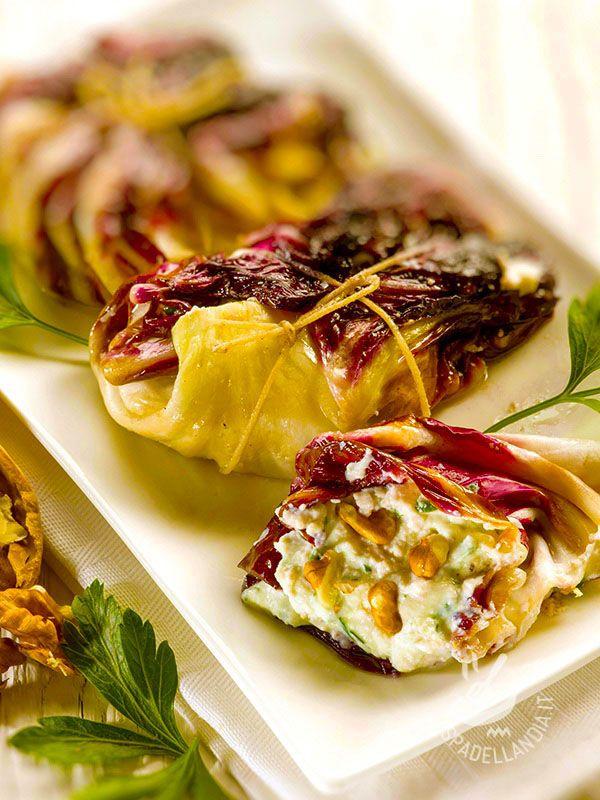 Rolls of radicchio ricotta and walnuts - Gli Involtini di radicchio alla ricotta e noci sono un piatto veramente originale, gustoso ma anche molto scenografico, se servito in tavola con eleganza. #involtinidiradicchio