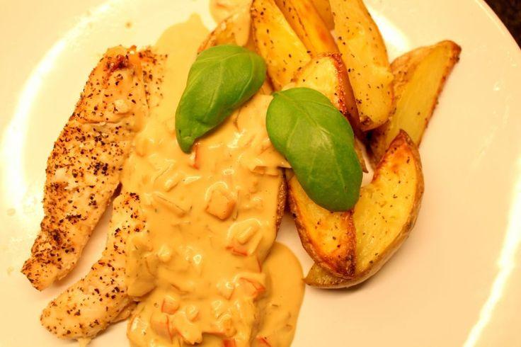 Ugnsbakad kycklingfilé med klyftpotatis och gourmétsås