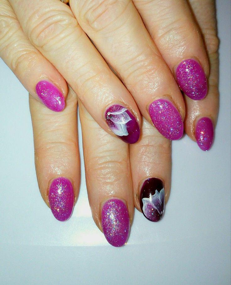 Unghie in gel viola con glitter color bordeaux e ...