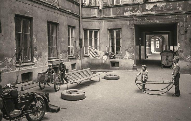 Betonowy wielokąt- jedno z typowych podwórek na Pradze