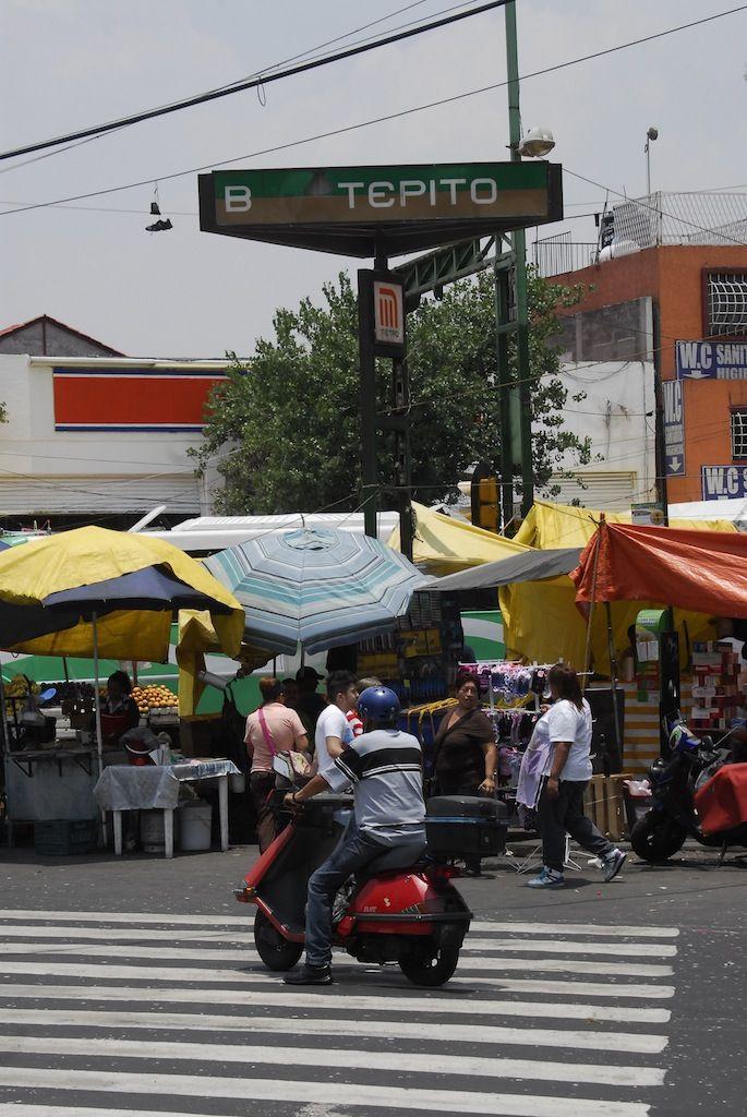 """Manuel Doblado y Eje 3. Tepito es una estación del Metro de Ciudad de México, localizada en el barrio de Tepito, del cual recibe su nombre. El emblema de la estación es el símbolo iconográfíco que en los Juegos Olímpicos de México 1968 representó al boxeo, esto en recuerdo de que en el barrio de Tepito han nacido muchos conocidos boxeadores mexicanos, como Rubén Olivares """"El Púas"""", Octavio """"El Famoso"""" Gomez, etc."""