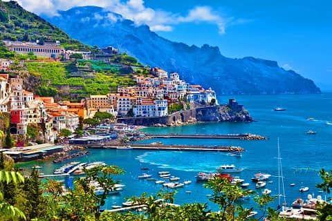 Pantai Amalfi atau sering disebut juga Almafi Coast adalah bentangan garis pantai yg terletak di Provinsi Salerno, Italia. Pantai Amalfi menjadi tujuan wisata populer Italia dengan menarik ribuan wisatawan setiap tahunnya.