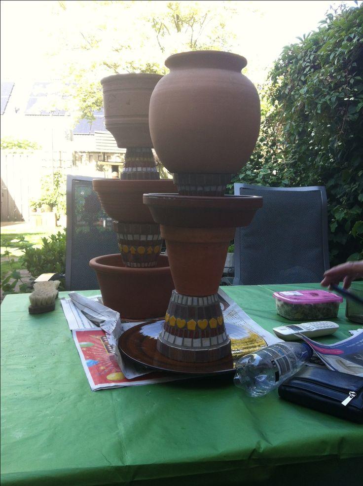 terra cotta potten verzameld, goed schoongemaakt . 2 kleinere bloempotten versierd met mozaïek, mexicaanse kleuren. mooie compositie gemaakt, gelijmd met one for all transparante kit.