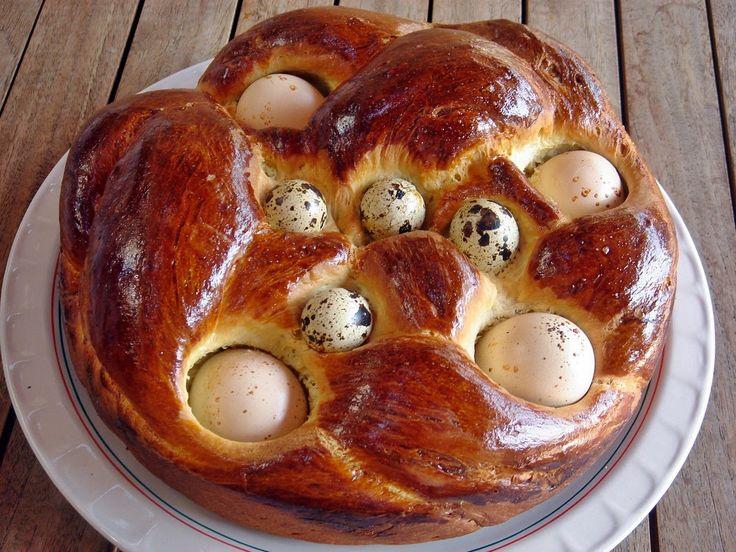 Héjas tojással sült húsvéti kalács - 50 dkg finomliszt, 3,5 dl tej, 3 dkg élesztő, 2 tojássárgája, 10 dkg olvasztott vaj, 5 dkg porcukor, 1 kk só, 1 tojássárgája egy kevés tejszínnel kikeverve a kenéshez. 6 db keményre főzött tojás.