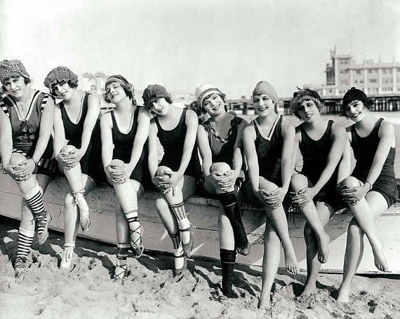 Vintage Photo Beach Print Women Bathing Beauties Girls On Boat Antique Photography Poster Wall Art Black And W Bellezze Al Bagno Foto D Epoca Storia Della Moda